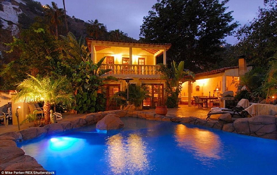 389cf38600000578-3798575-a_getaway_pad_in_2007_it_was_reported_that_jolie_purchased_this_-a-52_1474387469965