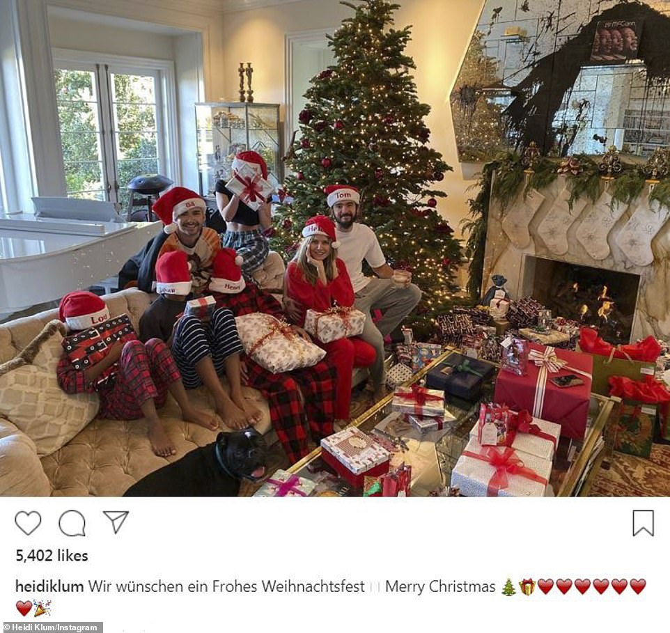 22636826-7825371-Wir_w_nschen_ein_Frohes_Weihnachtsfest_Heidi_Klum_got_in_on_the_-a-26_1577232288677.jpg
